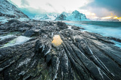 Antyczni kamienie na brzeg zimny Norweski morze przy wieczór czasem wyspy lofoten piękne śródpolne przedpola krajobrazu Norway tr Obrazy Royalty Free