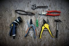 Antyczni ogrodowi narzędzia na drewnianym biurku Zdjęcia Royalty Free