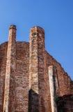 Antyczny ściana z cegieł niebieskie niebo, Zdjęcie Stock