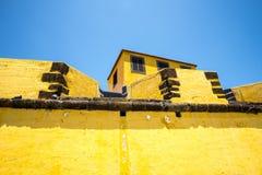 Antyczny żółty forteca Sao Tiago z swój kąpanie platformami w Atlantyckiego ocean Fotografia Royalty Free