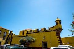 Antyczny żółty forteca Sao Tiago z swój kąpanie platformami w Atlantyckiego ocean Obrazy Royalty Free