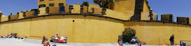 Antyczny żółty forteca Sao Tiago z swój kąpanie platformami w Atlantyckiego ocean Fotografia Stock