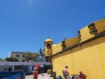 Antyczny żółty forteca Sao Tiago z swój kąpanie platformami w Atlantyckiego ocean Obraz Stock