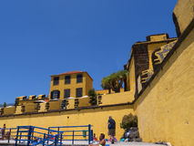 Antyczny żółty forteca Sao Tiago z swój kąpanie platformami w Atlantyckiego ocean Zdjęcie Stock