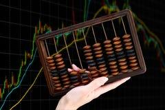Antyczny abakus przy pieniężnym wykresu tłem fotografia stock