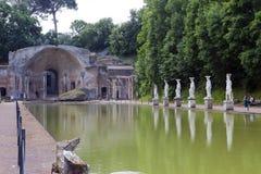Antyczny basen Canopus, otaczający greckimi rzeźbami w Hadrian willi willi Adriana, 2nd wiek reklama, Tivoli, Włochy, UNESCO Worl zdjęcia stock