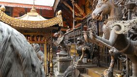 Antyczny brąz, mosiężne mitologiczne rzeźby i artefakty, Rudra Varna Mahavihar, unikalna złota buddyjska świątynia wewnątrz zbiory