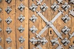 Antyczny brown drewniany drzwi z kruszcowymi ornamentami Obraz Royalty Free