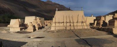 Antyczny Buddyjski monaster Tabo w Spiti dolinie: gliniani stupas i budynki monaster w tle góra, Obraz Stock