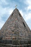 Antyczny budynek kamienny ostrosłup na tle niebieskie niebo, zdjęcia stock