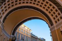 Antyczny budynek przy pałac kwadratem w Świątobliwym Petersburg Zdjęcia Stock