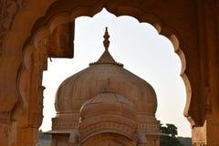 Antyczny cenotaph z nowożytnymi wiatrowymi młynami w bada baag Jaisalmer Rajasthan India Zdjęcia Royalty Free