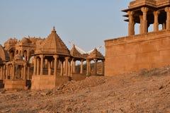 Antyczny cenotaph z nowożytnymi wiatrowymi młynami w bada baag Jaisalmer Rajasthan India Zdjęcie Royalty Free