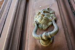 Antyczny clapper na antycznym drzwi zdjęcie royalty free