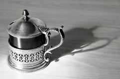 Antyczny czajniczek czarny i biały z jego cieniem zdjęcie stock