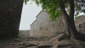Antyczny defensywny kamieniarstwo forteca z góruje, battlements i monaster Defensywni budynki zbiory