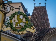 Antyczny dokonanego żelaza znak wzdłuż starego miasteczka Merano w Południowym Tyrol, Włochy Zdjęcie Stock