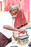 Antyczny drewnianego węgla drzewnego żelazo używać woker przy Chennai, ind Obrazy Royalty Free