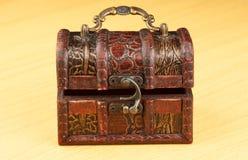 Antyczny drewniany bagażnik na powierzchni stół Zdjęcie Royalty Free