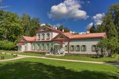 Antyczny drewniany dom w szlachetnej nieruchomości w Rosja Fotografia Stock
