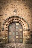 Antyczny drewniany drzwi na kamieniu zrobił ścianie Obraz Royalty Free