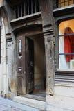 Antyczny drewniany drzwi stary szalunek otoczki dom w Rouen obrazy royalty free