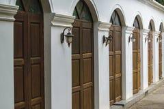Antyczny drewniany drzwi w starej świątyni ścianie Tajlandia Obrazy Royalty Free