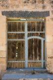 Antyczny drewniany drzwiowy ustawiający w kamiennej ścianie Obrazy Royalty Free