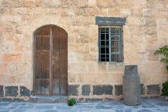 Antyczny drewniany drzwiowy ustawiający w kamiennej ścianie Obrazy Stock