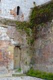 Antyczny drzwi w malowniczej ścianie w Montreuil Sura Mer, Pas De Calias, Francja Zdjęcia Royalty Free