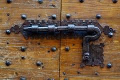 Antyczny drzwi z fałszującym metalu kędziorkiem zdjęcia royalty free