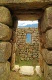 Antyczny drzwi z resztkami Incas i pasma górskie, Mach Picchu, Cusco, Peru zdjęcia stock