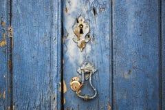 Antyczny drzwiowy knocker i kędziorki antyczny błękitny drewniany drzwi Obrazy Royalty Free