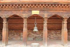 Antyczny dzwonkowy obwieszenie przy Patan muzeum w Patan, Nepal Obrazy Stock