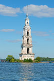Antyczny dzwonkowy wierza zalewający St Nicholas katedry zbliżenie Kalyazin, Rosja Obraz Royalty Free