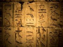 Antyczny egipski hieroglif rzeźbiący w kamieniu Zdjęcie Royalty Free
