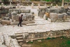 Antyczny Ephesus: osamotniona osoba wśród ruin obraz royalty free