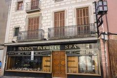 Antyczny fasadowy historycznego budynku apteki farmacia zdrój w Mataro Zdjęcia Royalty Free
