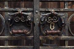 Antyczny forged drzwi z kędziorkiem i rękojeścią Obrazy Stock