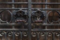Antyczny forged drzwi z kędziorkiem i rękojeścią Zdjęcia Royalty Free