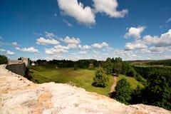 Antyczny forteca, las, pole i niebieskie niebo z chmurami, Obrazy Stock