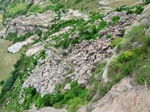 Antyczny forteca pod spadać skałami Zdjęcia Stock