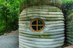 Antyczny forteczny eski dom blisko lasu fotografia stock