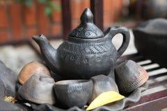 Antyczny gliniany teapot i teacups zdjęcia royalty free