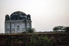 Antyczny grobowiec umieszczał środek stary miasto India zdjęcia royalty free