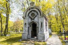 Antyczny grobowiec w jesień lesie Obraz Stock