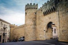 Antyczny grodowy pałac inBaku Grodowy ściany wierza i drzwiowa brama Kasztelu okno i ściany Pałac fortu tło Obrazy Royalty Free