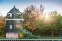 Antyczny historyczny wodny dźwigowy budynek przy rzecznym Saar w saarbruck zdjęcie royalty free