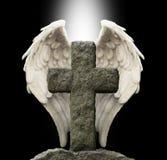 Antyczny kamienia krzyż i opiekunu anioł skrzydła obrazy stock