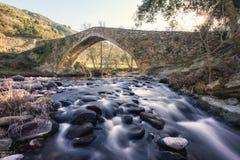 Antyczny kamienia most nad bieżącą rzeką w Corsica obrazy stock